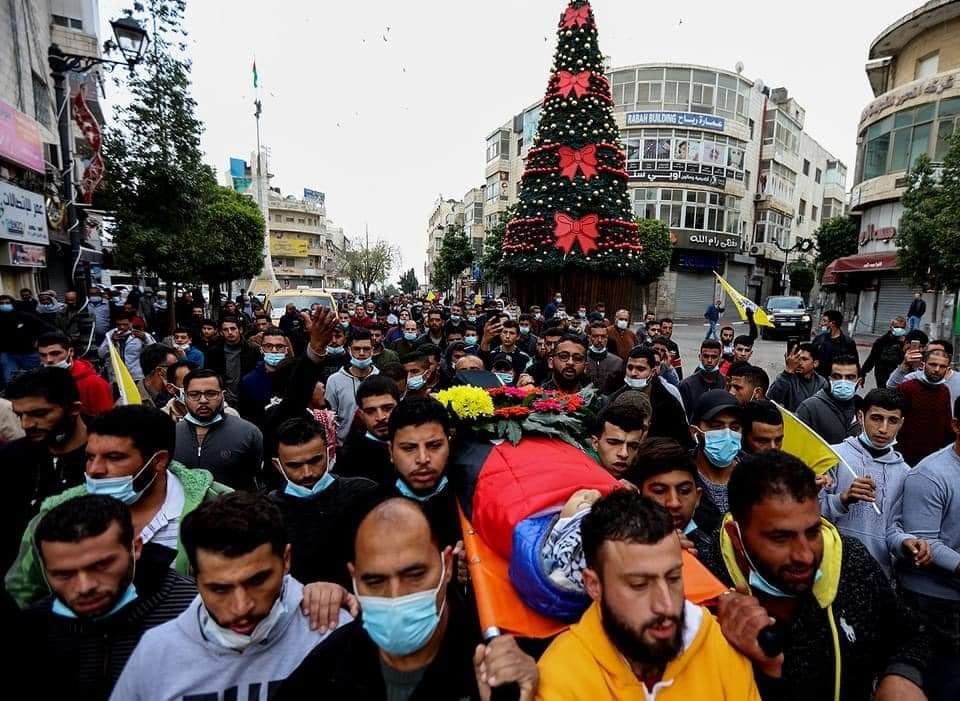 بحالة من الغضب شيع الفلسطينيون جثمان الشهيد علي أبو عليا